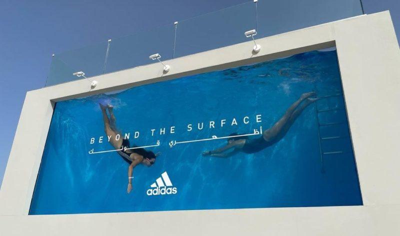 В Дубае изготовлен уникальный биллборд-бассейн